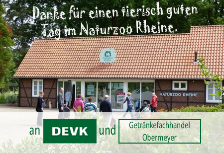 Abbildung des Eingangsbereichs des Naturzoos Rheine mit einer Dankesbotschaft an die DEVK und Getränke Obermeyer als Spender