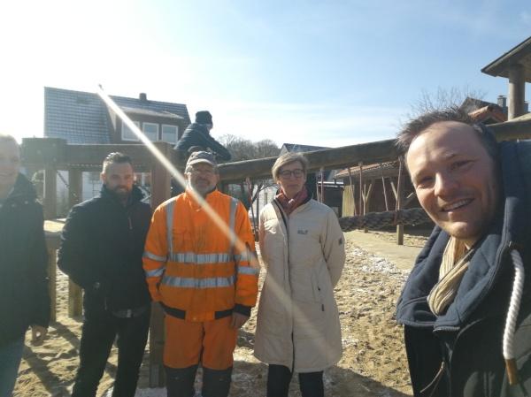 Vertreter der Gemeinde Hagen a.T.W., der Firma Westfalia sowie Kindergartenleiterin Stefanie Willrich und Jan Willand vom Förderverein bei der Ortsbegehung