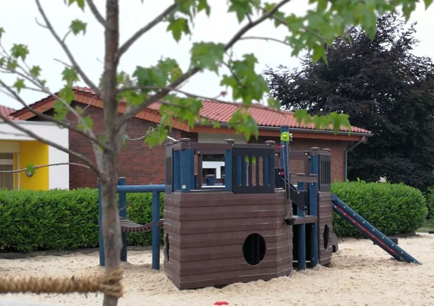 Foto des neuen Außenspielgerätes im St. Franziskus Kindergarten