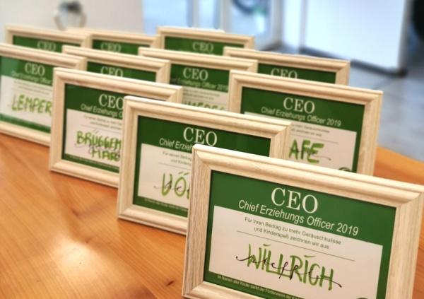 CEO Bilderrahmen, zur Ernennung der Erzieherinnen und Erzieher zum Chief Erziehungs Officer beim 50jährigen Jubiläum des Franziskus Kindergartens.