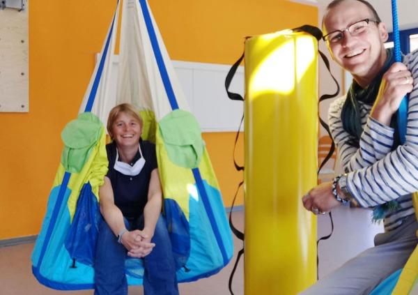 Melanie und Jan freuen sich über das neue Turngerüst im Marien Kindergarten